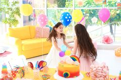 Милые девушки играя совместно на вечеринке по случаю дня рождения Стоковое Изображение RF