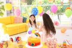 Милые девушки играя совместно на вечеринке по случаю дня рождения Стоковое фото RF