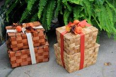 Милые деревянные корзины пикника обернутые с лентами праздника Стоковое Изображение RF