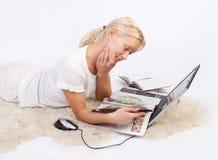 милые детеныши женщины чтения кассеты Стоковое фото RF