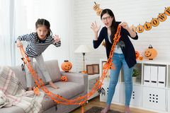 Милые дети девушки и ее мать показывая страшную сторону Стоковые Изображения RF