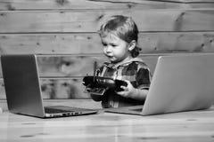 Милые компьютеры и консоль twith мальчика стоковая фотография rf