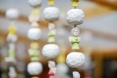 Милые красочные деревянные ангелы продали на рынке пасхи в Вильнюсе Ярмарка ремесел литовской столицы традиционная держится кажды стоковые изображения rf