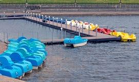 Милые красочные катамараны автомобиля на озере в парке стоковые изображения