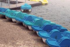 Милые красочные катамараны автомобиля на озере в парке стоковая фотография