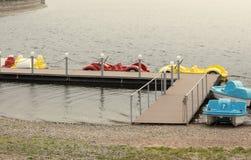 Милые красочные катамараны автомобиля на озере в парке стоковые фото