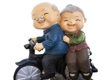 милые куклы имея езду при их велосипед изолированный на whitebackground включают путь клиппирования стоковая фотография rf