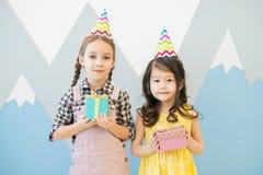 Милые маленькие девочки в красочных шляпах партии стоковое фото