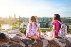 Милые маленькие девочки наслаждаясь взглядом города Вильнюса от холма Gediminas Стоковые Изображения