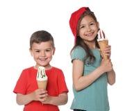 Милые маленькие дети с очень вкусным мороженым стоковое фото