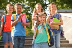 Милые маленькие дети с рюкзаками стоковые изображения rf