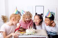 Милые маленькие ребята поя песни на дне рождения стоковое изображение rf
