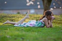 милые мечтательные лож травы девушки Стоковое фото RF