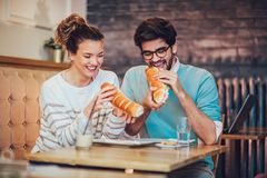 Милые молодые пары имея полезного время работы совместно и есть еду Стоковая Фотография