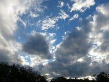 Милые облака захода солнца в октябре в DC Вашингтона стоковые изображения rf