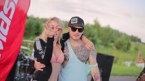 Милые пары где белокурая девушка с розовым бюстгальтером и tattoed парень с танцем крышки видеоматериал