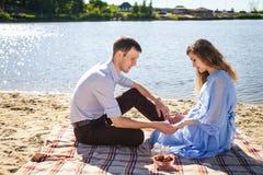 Милые пары отдыхая на пляже Стоковая Фотография