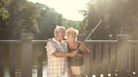 Милые пары старшиев принимая selfie видеоматериал