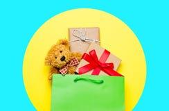 Милые подарки в красивой зеленой хозяйственной сумке стоковые фото