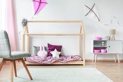 Милые подушки на кровати Стоковые Изображения