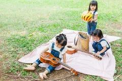 Милые ребёнки 2 - 3-ти летняя игра на одеяле пикника Стоковые Фотографии RF