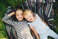 Милые счастливые дети играя весной сохраненный Стоковая Фотография