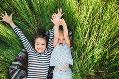 Милые счастливые дети играя весной сохраненный Стоковые Фото