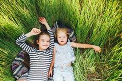 Милые счастливые дети играя весной сохраненный Стоковые Изображения RF
