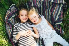 Милые счастливые дети играя весной сохраненный Стоковое Изображение RF