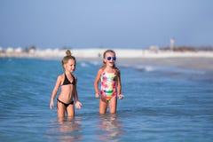 Милые счастливые дети играя в море на пляже Стоковые Фото