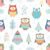 Милые сычи в зиме одевают безшовную картину стоковые изображения