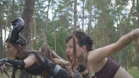 Милые танцоры женщин с макияжем и в мистических фантастических костюмах танцуя шпунтовой танец в природе Феи леса, дриады сток-видео