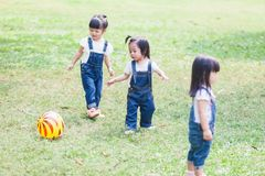 Милые шарик детей 2-3 годовалый играя в саде Стоковая Фотография
