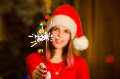 милые sparklers santa удерживания шлема девушки Стоковые Фото