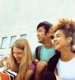 Милые teenages группы на здании университета Стоковая Фотография RF