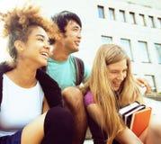 Милые teenages группы на здании университета Стоковое фото RF