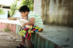 Милый азиатский мальчик унылый самостоятельно в парке Стоковая Фотография RF