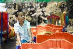 Милый азиатский ребенок имея потеху на парке приключения Стоковая Фотография