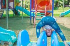 Милый азиатский ребенок имея потеху на спортивной площадке Стоковое Изображение RF
