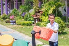 Милый азиатский ребенок имея потеху на спортивной площадке Стоковые Фото