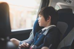 Милый азиатский ребенок сидя в автокресле стоковые изображения rf