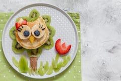 Милый блинчик сыча с плодоовощами для детей завтракает стоковое изображение rf