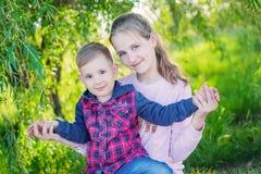 Милый брат и сестра играя совместно стоковая фотография rf