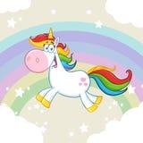 Милый волшебный характер талисмана шаржа единорога бежать вокруг радуги с облаками Стоковая Фотография