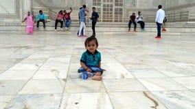 Милый всход младенца на Тадж-Махале Индии стоковые изображения
