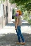 Милый девочка-подросток redhead с розой пурпура зеленым цветом выходит bac Стоковое Изображение RF