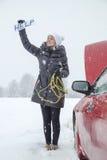 Милый девушке нужна помощь на дороге Стоковые Фото