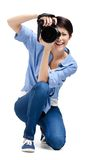 Милый девушк-фотограф принимает изображения стоковые изображения rf