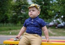 Милый европейский мальчик играя с машинкой на спортивной площадке Стоковые Изображения RF