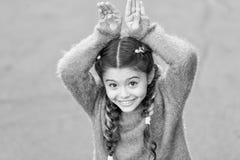 Милый зайчик r Девушка зайчика праздника представляя как предпосылка кролика серая Роль зайчика игры ребенка усмехаясь Шаловливый стоковое фото